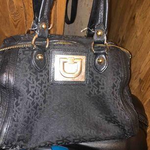 Använd väska, har även matchande plånbok.