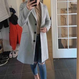 Superfin grå kappa från Vero Moda, aldrig använd Säljes då den inte kommit till användning hos mig