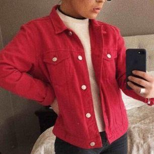 Knappt använd röd jeansjacka från Mango. Strl XL men sitter absolut nt så, själv är jag strl S och den passar mig perfekt
