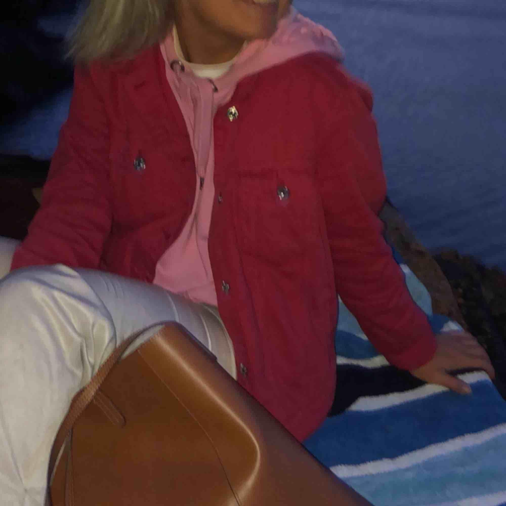 Knappt använd röd jeansjacka från Mango. Strl XL men sitter absolut nt så, själv är jag strl S och den passar mig perfekt . Jackor.