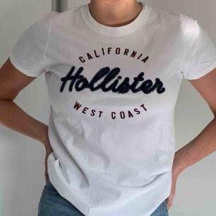 En härlig vit Hollister t-shirt! Har aldrig använt!! (Frakt tillkommer)