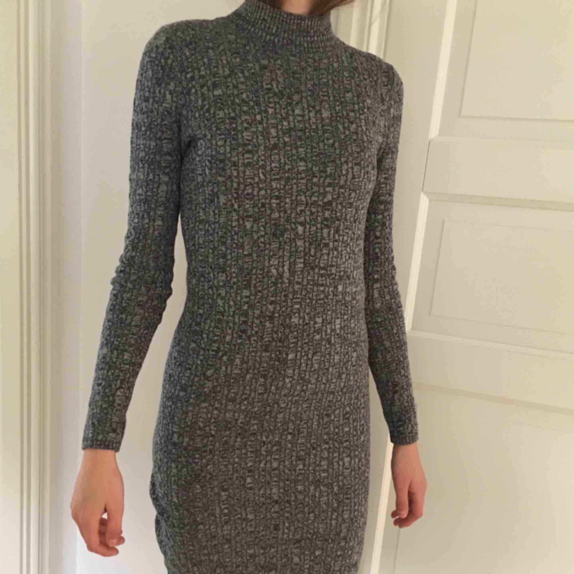 säljer denna fina och mysiga klänning från abercrombie & fitch! ganska tight passform men bekvämt material! 💘. Klänningar.