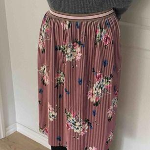 säljer en söt och gullig kjol från zara! är egentligen tänkt i barnstorlek men en 32-34 kan enkelt ha den då den har stretchig midja! 💗