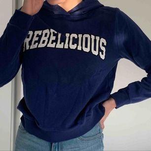 En fin blå hoodie med tryck från Gina Tricot! Har använt en gång! (Frakt tillkommer)