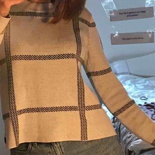 Så classy stickat varm stickad tröja! Köpt på MQ nypris 500kr. Säljer då den inte kommer till användning längre! Riktigt snygg med regnjacka till :)