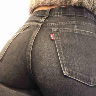 Svarta Levi's jeans köpta på Levis för ca 2 år sedan. Inga skador eller fläckar. Säljer pga för korta för mig (jag är ca 170cm lång).