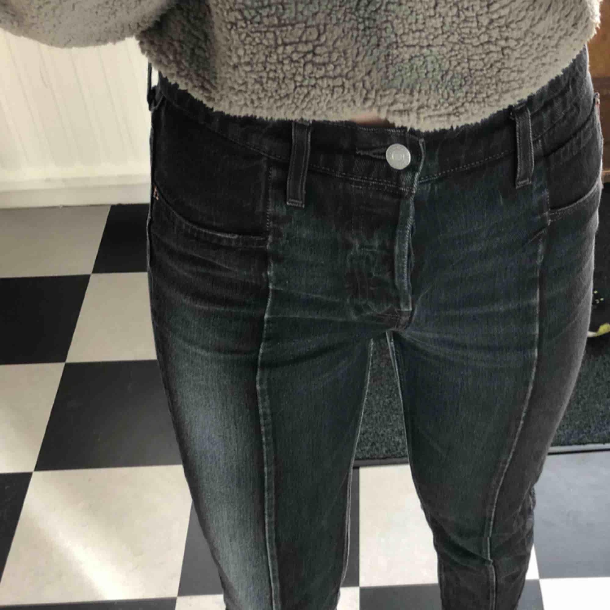 Svarta Levi's jeans köpta på Levis för ca 2 år sedan. Inga skador eller fläckar. Säljer pga för korta för mig (jag är ca 170cm lång). . Jeans & Byxor.