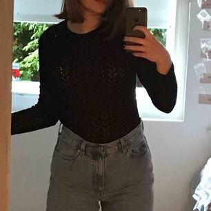 Tajt stickad tröja i svart! Såå cool! Om man inte vill visa så mycket hud kan man ha en tröja/linne under utan att det ser konstigt ut! Somsagt från Zara 💗