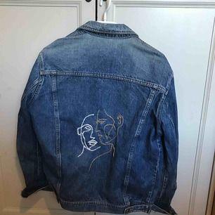 En jeansjacka som är oversized (passar alltså till S-L beroende på hur man vill ha den) med broderat tryck som jag gjort själv! Jackan är i bra skick. Frakt ingår i priset!