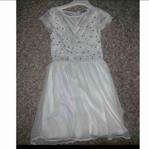 Vit klänning från Nelly! Aldrig använd då jag hittade en annan klänning förra året när jag tog studenten! Frakt tillkommer