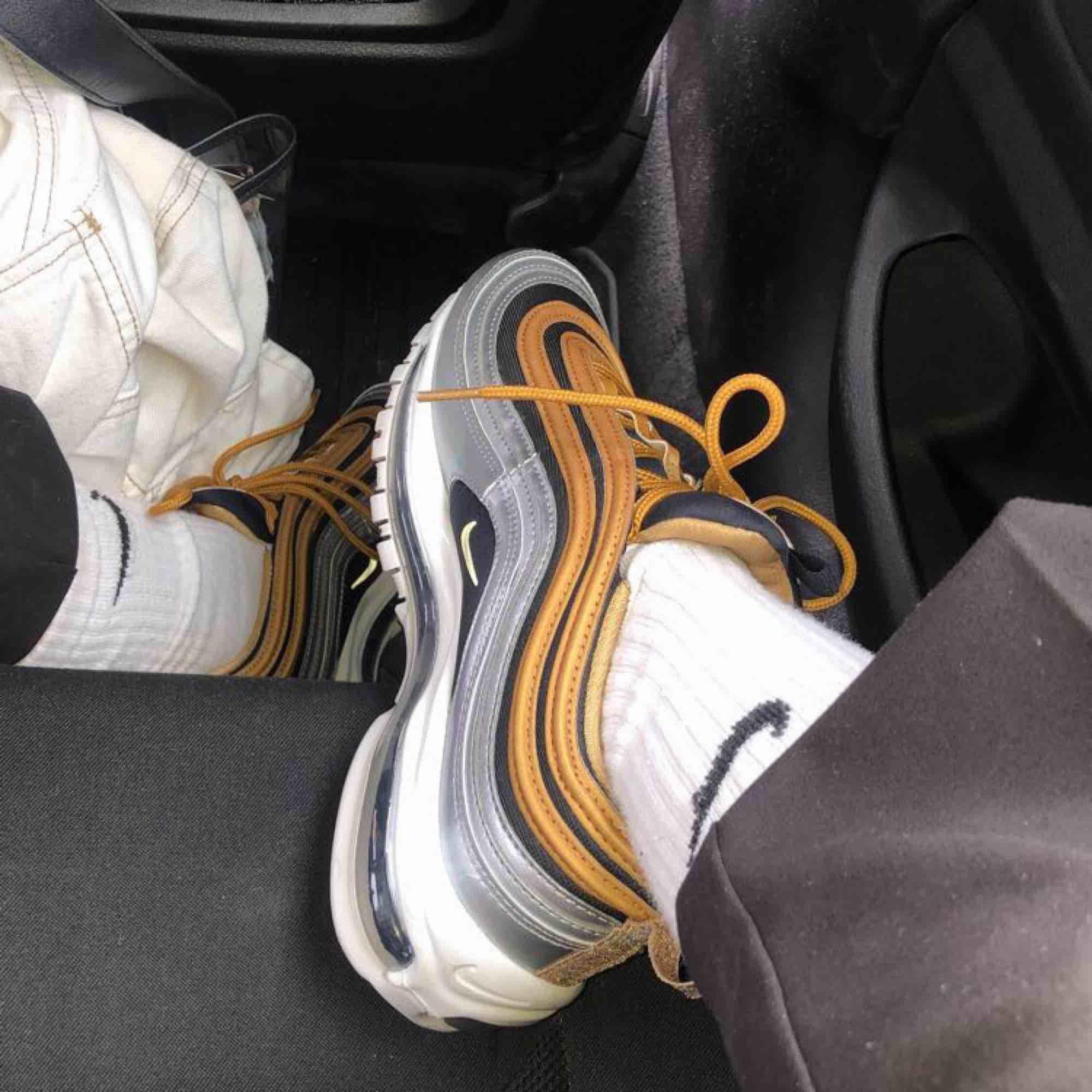 Nike air max 97 i silver och guld. Använda typ 2 ggr. Orginalpris: ca 2000kr  Strl 40 men små i storleken, passar en 38a. Skor.