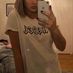 """oversized t-shirt med trycket """"rebel"""" på i lite rockig stil. Bra kvalite o så!! Från vero Moda köpt för antal år sen men ganska sparsamt använd. I st M men passar nog XS-L beroende på hur stor man vill den ska va :))"""