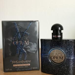Ny Parfym Yves Saint Laurent, Black Opium EDP 50Ml  Black Opium, EdP från Yves Saint Laurent utstrålar förförisk mystik och förbjuden attraktion. En enigmatisk doft för den sensuella och sofistikerade kvinnan