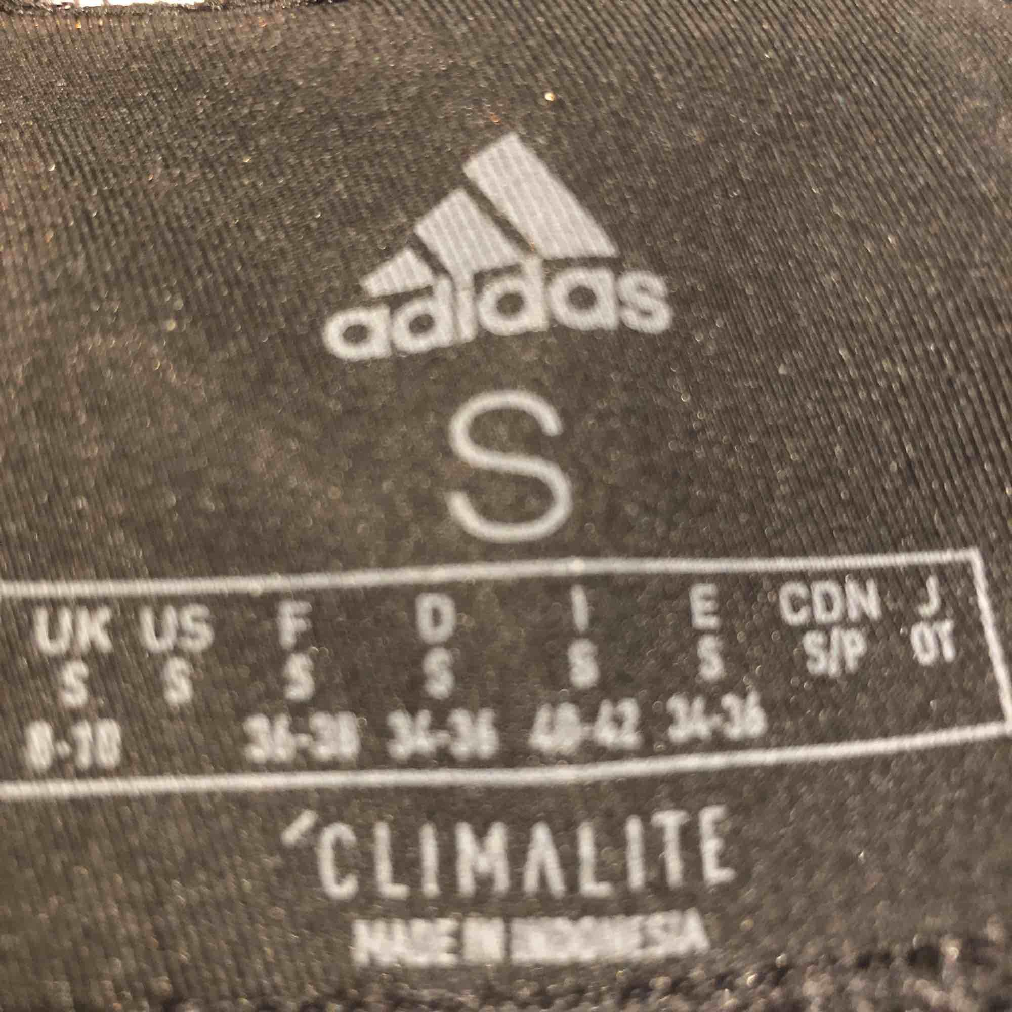 3/4 tights från adidas använda fåtal gånger. Köpta nya DM vid intresse:). Jeans & Byxor.