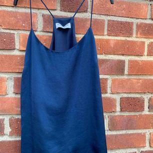 Mörkblått linne med spaghettistraps från vero moda, superfin att ha både istoppad eller som löst hängande🌟 köparen står för frakt