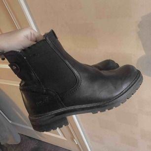 Ett par svarta höst/vinter skor i storlek 37! Skorna är köpta på Din sko och har ett superskönt vitt foder i skorna så du inte fryser. Skorna har några få skavanker men är annars i superfint skick! 🌟
