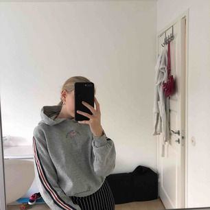 Mysig hoodie i en kortare modell, med detaljer båda fram och bak men även på armarna