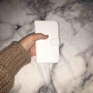 """Jättefint vitt helt oanvänt """"plånboks""""skal med  magnet i👍🏻 Köpte det för jättelänge sedan och det har bara legat i en låda då jag inte fått användning för det! Skalet passar iPhone 6/6s  Öppen för prisförslag😊💗"""