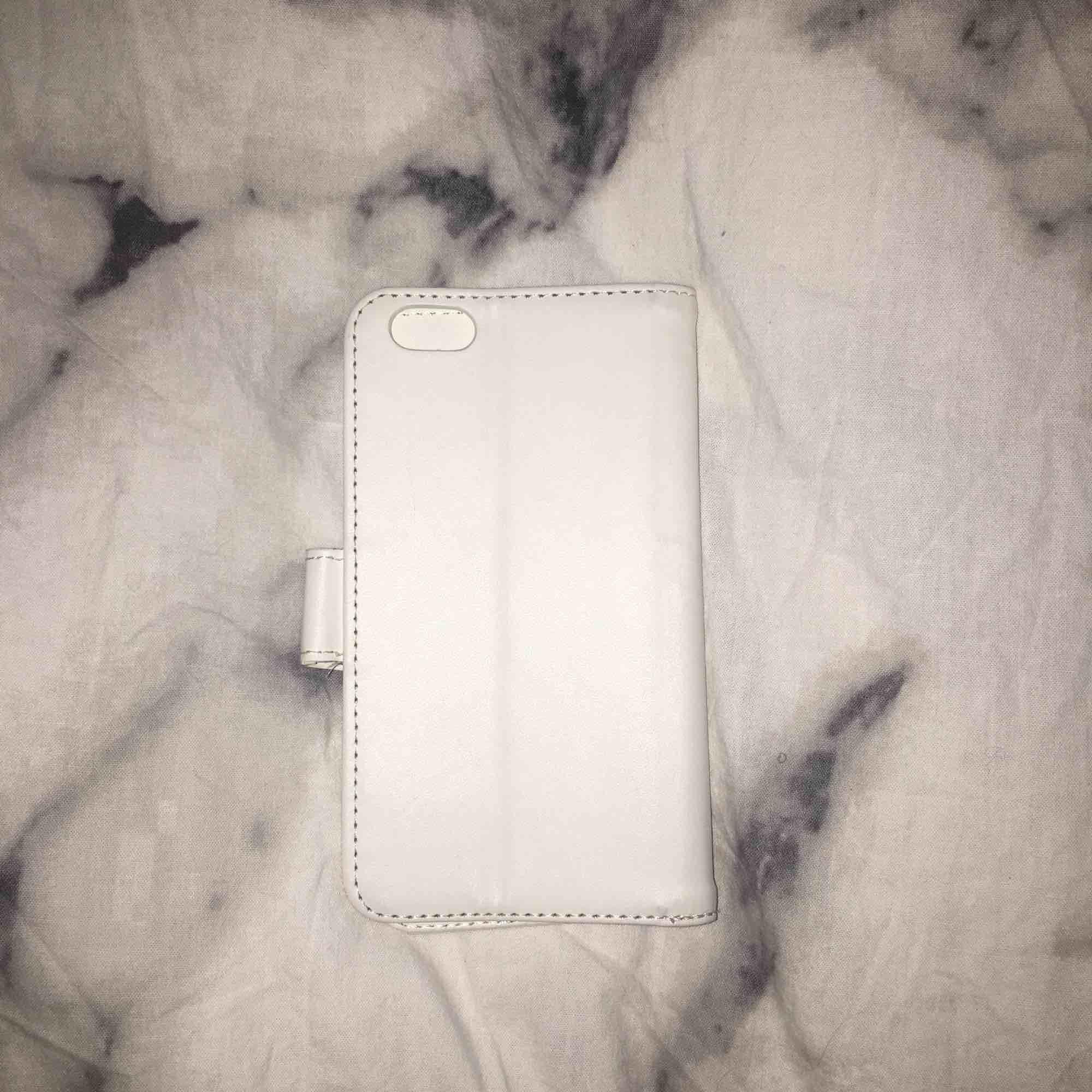 """Jättefint vitt helt oanvänt """"plånboks""""skal med  magnet i👍🏻 Köpte det för jättelänge sedan och det har bara legat i en låda då jag inte fått användning för det! Skalet passar iPhone 6/6s  Öppen för prisförslag😊💗. Accessoarer."""