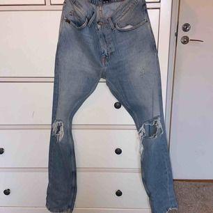 Tiger of sweden jeans. Blåa med öppna knän. Använd få gånger.