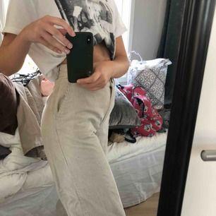 Så fina byxor ifrån Monki i beige manchester som tyvärr inte används så mycket längre :( väldigt bra skick, köpare står för frakten