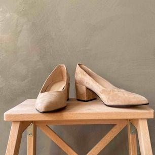 Pumps i beige mocka från Shoe Biz Copenhagen, helt nya och i orginallådan. Köparen betalar frakt 📦 tar swish 💕