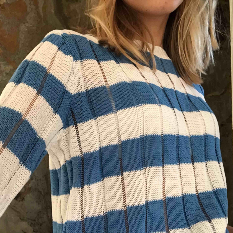 Supersnygg vit och blå randig tröja från mango. Köpt för 249kr. Aldrig använd. Toppar.