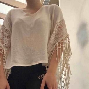 Superskön stickad tröja från hollister med fina ärmar. Krämvit i färgen. Knappt använd! frakt står köparen för