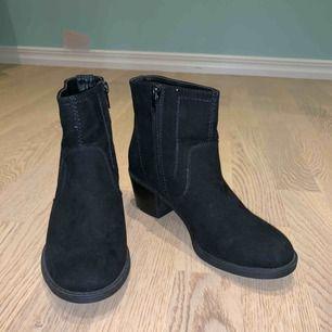 Köpte dessa skor eftersom dom var så otroligt sköna och även snygga, men passar inte riktigt min stil längre:/  Använda 1 gång på Homecoming i USA. Dom har verkligen en skön sula!