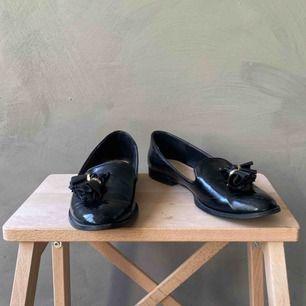 Loafers / slip-ons från Zara med detalj fram. I normalt begagnat skick. Frakt betalas av köparen 📦 tar swish 💕