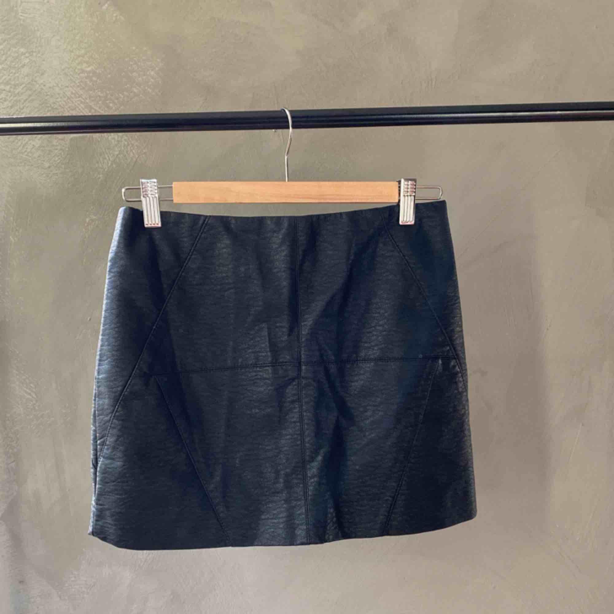 Kjol från H&M i skin-imitation med dragkedja bak. I mycket gott skick. Frakt betalas av köparen 📦 tar swish 💕. Kjolar.