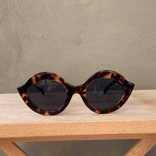 Solglasögon med fin form! Oanvända, minns ej vart jag köpt dem. Frakt betalas av köparen📦 tar swish 💕