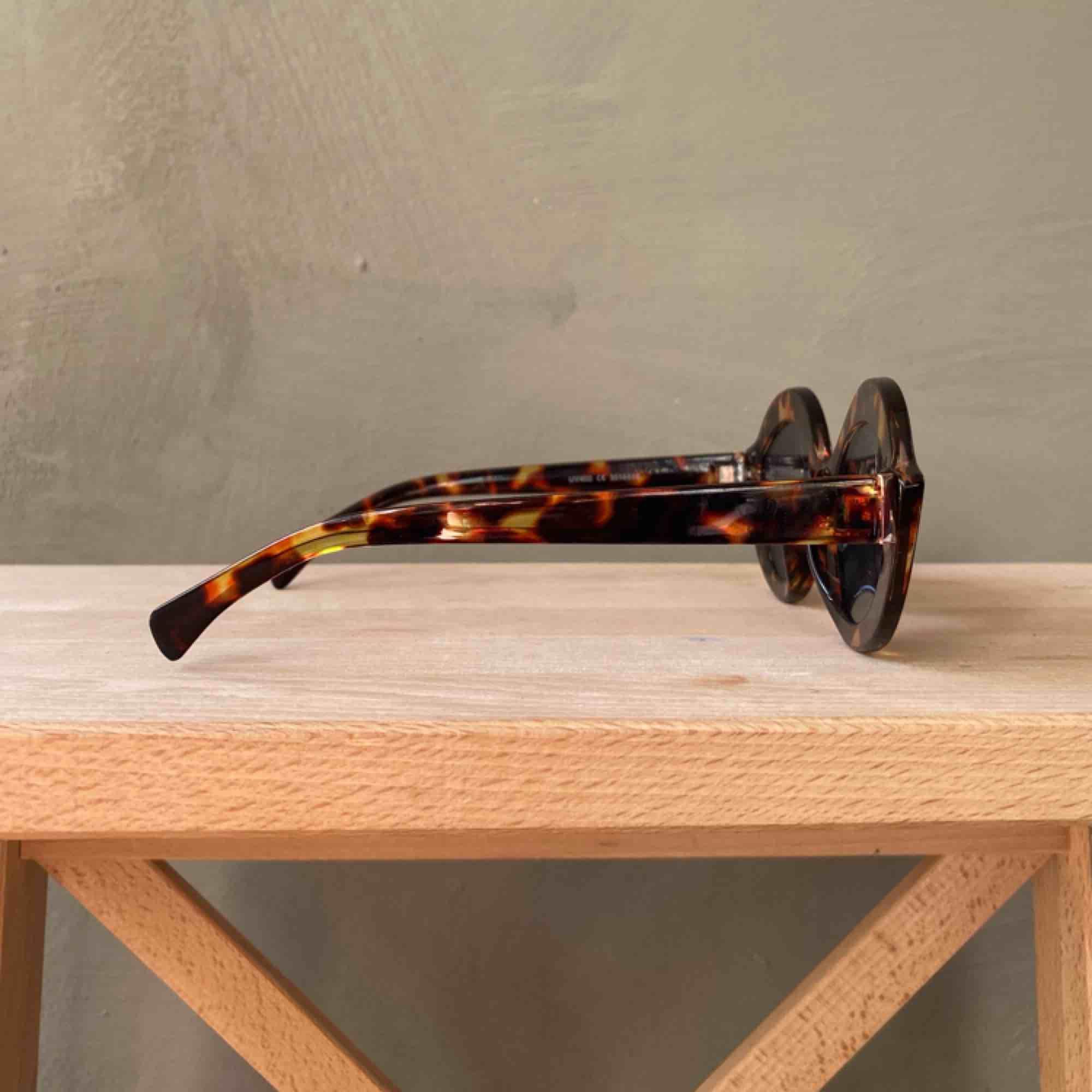 Solglasögon med fin form! Oanvända, minns ej vart jag köpt dem. Frakt betalas av köparen📦 tar swish 💕. Accessoarer.