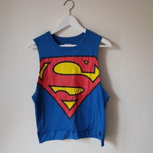 Superman tisha från USA, passar både M och S. Aldrig använd🌼 frakten igår!💫