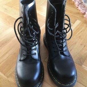 Svarta Dr Martens boots, dam. Använd ca 4-5 gånger. Säljer pga fel storlek. Nypris 1600kr