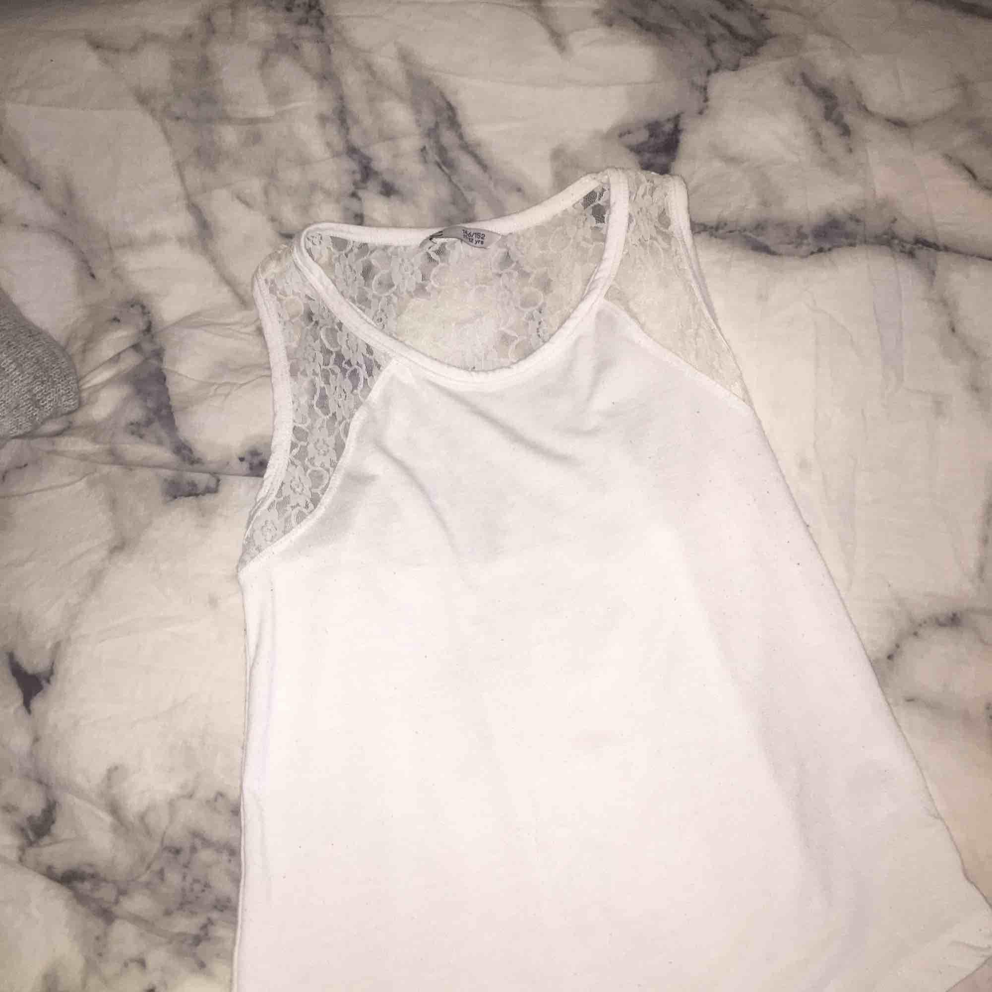 Jättefint vitt linne som passar till både fest o vardag! Med spets på😊 från Cubus. Toppar.