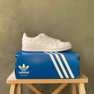 Vita Stan Smith från Adidas i storleken 38 2/3. Använda men mycket gott skick och rengjorda. Frakt betalas av köparen 📦 tar swish 💕