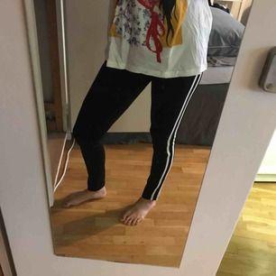 Ett par tights med lite tjockare material liknande träningstights. Två ränder längs benen. Gott skick. Frakt tillkommer 😊