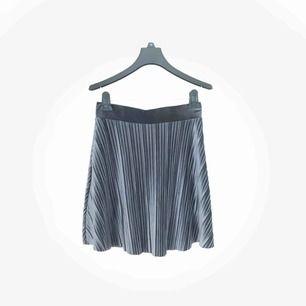 Så söt kjol från Vila! Färgen är sååå vacker och skimrar lite i solen✨! Superfin verkligen och nästan aldrig använd!! Frakt ingår i priset❗️🤩