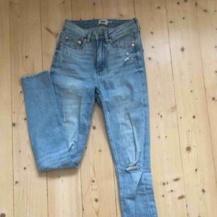 Riktigt snygga ljusblå jeans med slitningar
