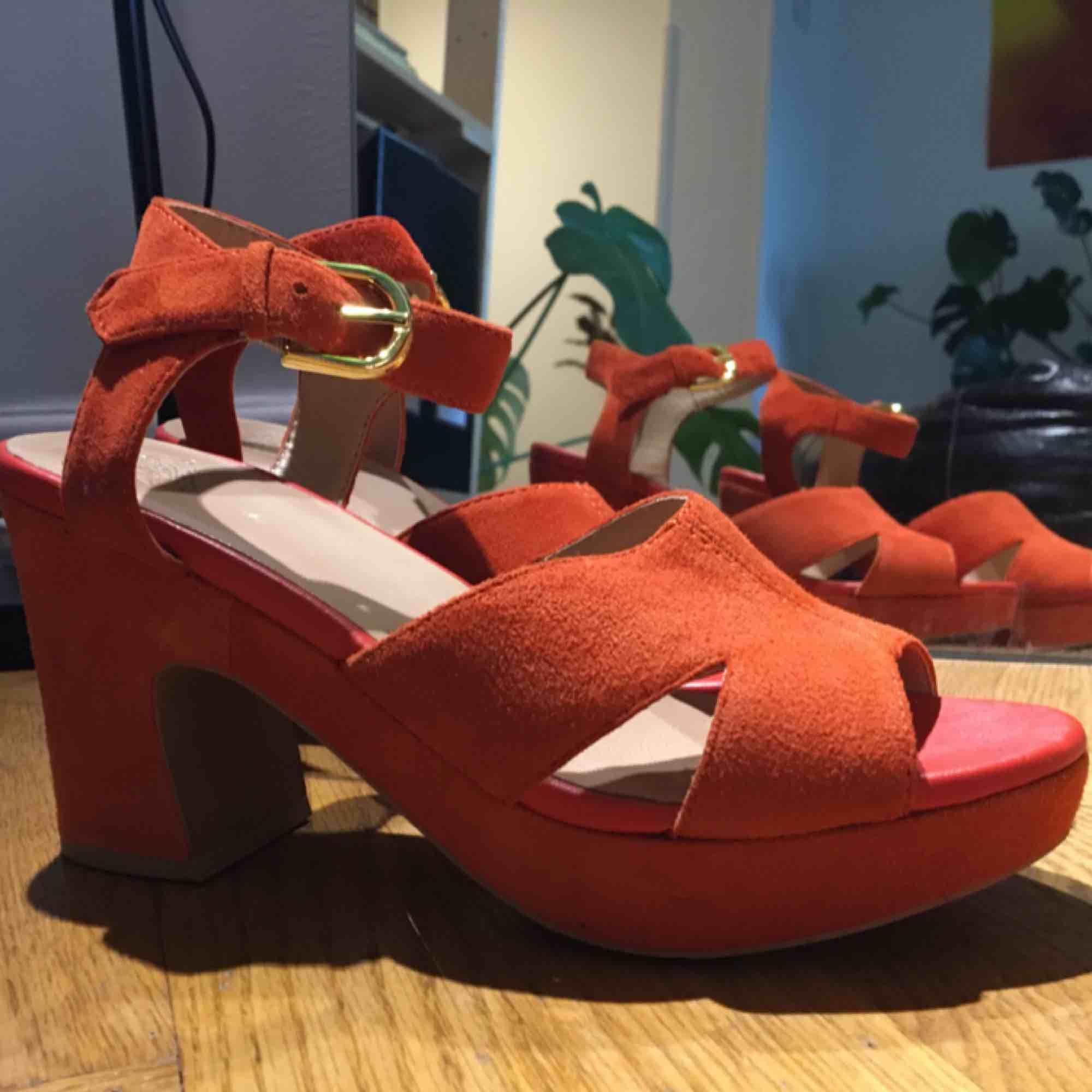 Asfina vagabond-sandaletter i mocka!!! Fin höstig orange färg 🧡🍁🍂 Använda en kväll, SÅÅ bekväma, funkar hur bra som helst att gå i, dansa i osv 🤠 köparen står för frakt! . Skor.