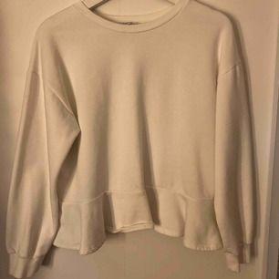 Fin vit collegetröja med volang nedtill! Skön och mjuk tröja! Köparen står för frakten eller möts upp i Eskilstuna!