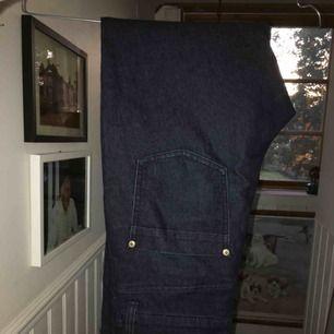 Fina jeans i mörkblått tyg. Tajta