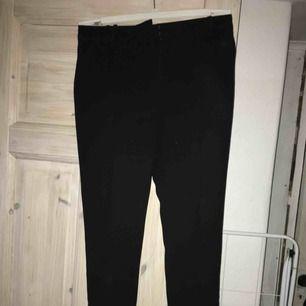 Fina kostymbyxor i svart tyg