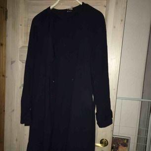 Fin mörkblå kappa