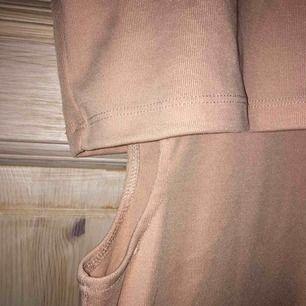 Cool beige klänning med hål på båda sidor