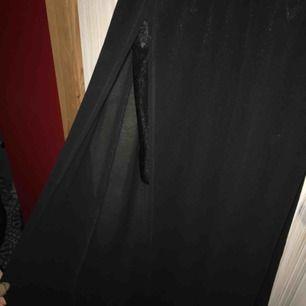 Fin sidenklänning med slits