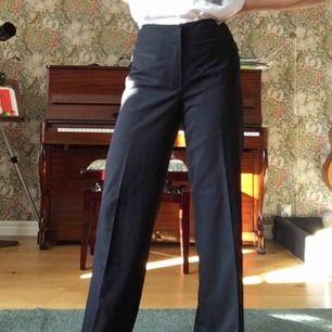Svarta raka byxor i storlek 38 (står 40 men passar finfint på en 38). Dragkedjor på sidorna superbra skick och väldigt stylish, skickas mot porto;)))