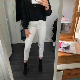 Vita kostymbyxor från mango , knappt använda väldigt bra skick