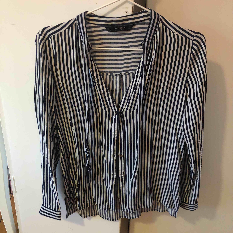 En randig skjorta från Zara. Passar S/M. Fint skick. Skjortor.